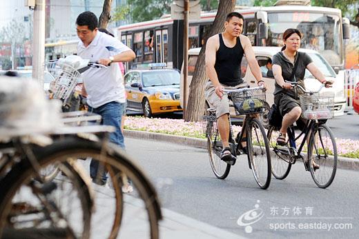 图片说明:由于需求增加,北京市6.6万辆出租车将保持95%以上的出车率,同时由于削减机动车流量使交通顺畅,出租车可提高速度16%至20%,空驶率降低14%,可日增加60万人次运力,达到每天248万人次。摄影:曹子琛      爱拼主义呼声渐高      召唤小区里的同行车主,大家资源共享,单号开我的车,双号开你的车。随着单双号限行的实施,北京有车一族不得不择日出行,与此同时,很多爱拼主义的车主呼声渐高,他们在网上热情召唤同路拼车人,大家共享资源,单号日开单号车主的车,双号日乘双号车主的车