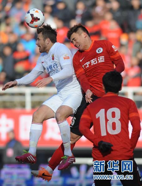 上海上港队球员海森(左上)与辽宁宏运队
