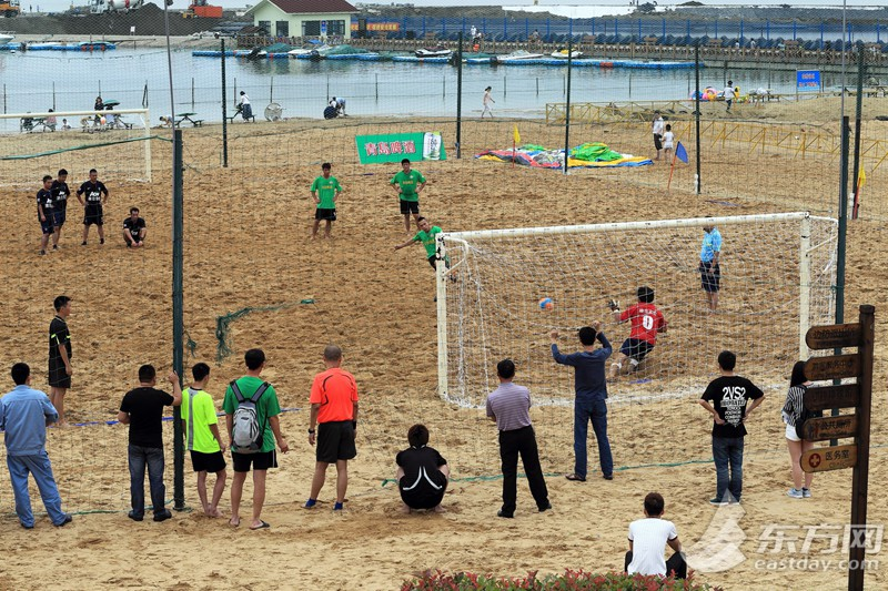 """市民体育大联赛""""青岛啤酒""""沙滩足球比赛举行"""