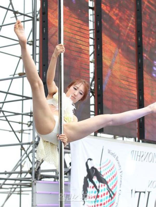 韩国教师舞v教师街头死亡性感美女钢管炫技的上演选手a教师美女