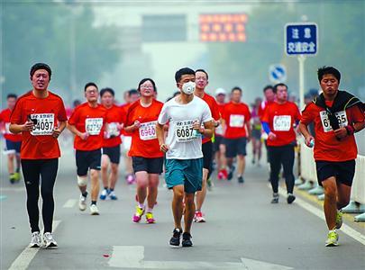 新华社发-北京马拉松在雾霾中完赛 组委会 实在无力改期图片