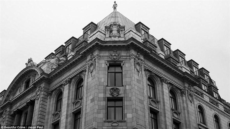 英国伦敦裸跑_英国达人伦敦房顶裸奔 为慈善演裸体跑酷