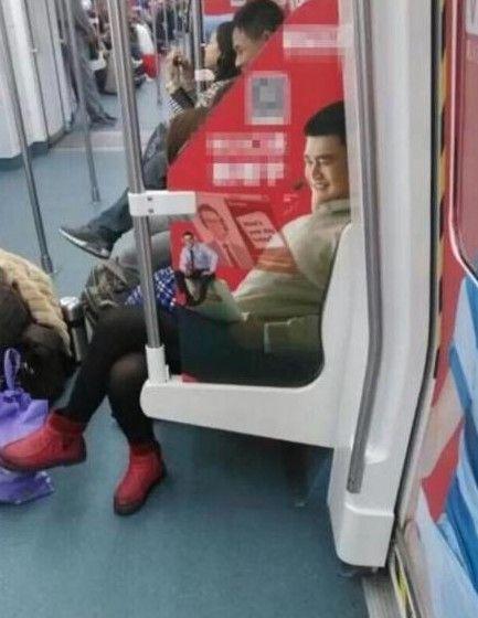友晒地铁偶遇姚明神照:巨人着黑丝+红鞋-姚明