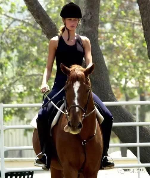 v明星爱骑马的明星:麦当娜受伤继续后仍骑马练山地自行车永久图片