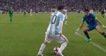 GIF-梅西穿裆戏耍对手门将 5秒内过2次简直犯