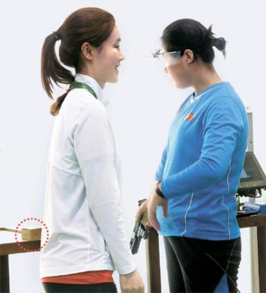 朝鲜选手玩自拍 与美运动员打招呼接受韩国点心