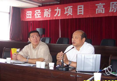 杨则宜(右)