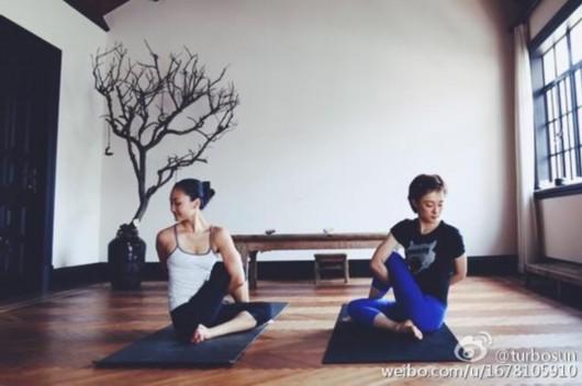 娘娘孙俪微博秀和闺蜜的瑜伽照 坚持练习12之
