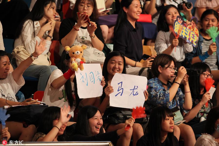 民众冠军与香港张继玩乒乓球奥运科马龙手把黄浒赛龙舟图片