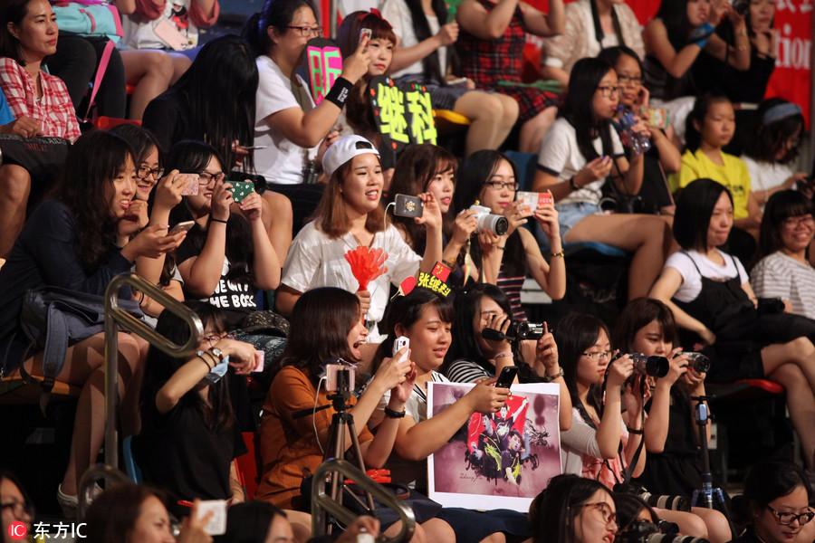 张继民众与香港奥运玩乒乓球冠军科马龙手把宫延斗鸡免费观看图片