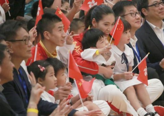 赵帅、郑姝音与小朋友在一起