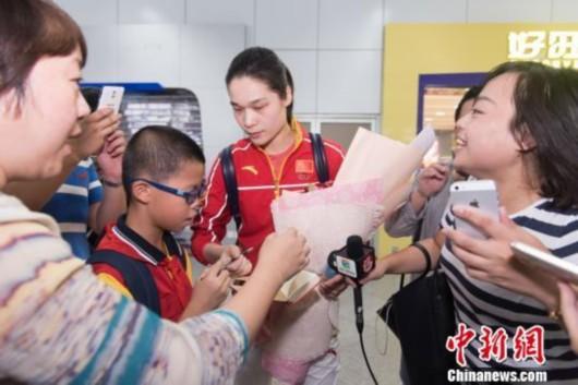 """女排队员徐云丽林莉载誉返乡 称""""回家真好"""""""