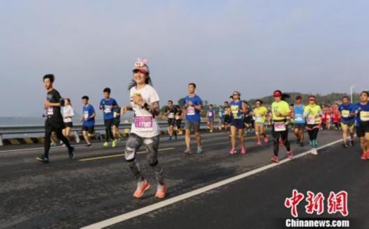 2016大连马拉松开跑 中国选手3小时男子组夺冠