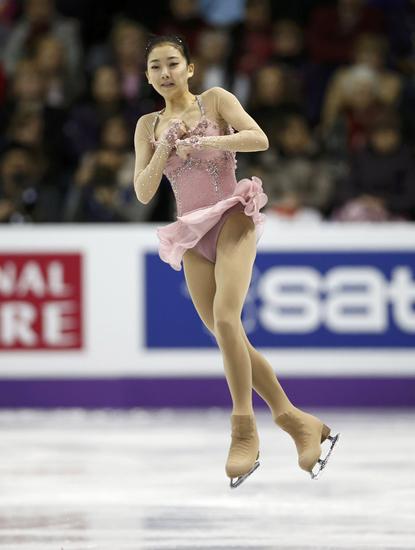 洁白的冰面成了韩国美女的素雅背景