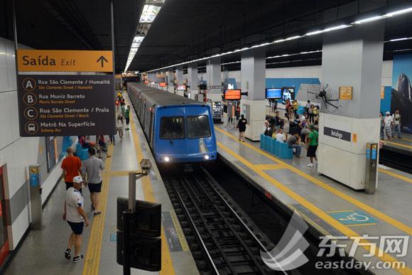 记者注意到,不同于上海地铁的岛式站台或分离式站台,里约地铁站很多都